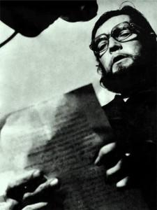 Julio Cortázar leyendo